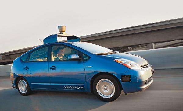 继北京、上海、重庆、深圳等地相继出台自动驾驶路测政策之后,全国性的路测规范终于出炉了。 今天,工信部、公安部、交通运输部联合发布了《智能网联汽车道路测试管理规范(试行)》,这份规范中的智能网联汽车,所指的就是通常所说的智能汽车、自动驾驶汽车。  全国的无人车路测,都在这份规范的管辖范围内。也就是说,无人车有望开上更多的实际道路进行测试。 但是不包含低速车和摩托车。 另据报道,交通部官员今天还表示,中国正研究改善道路基础设施,以更好适应无人驾驶汽车。 路测要用什么样的车? 这份全国路测规范对车辆的要求,简单